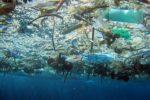 Oceanos terão mais plástico do que peixes em 2050, diz estudo